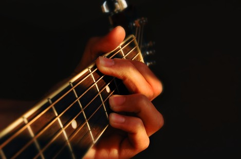 Fingers_playing_guitar